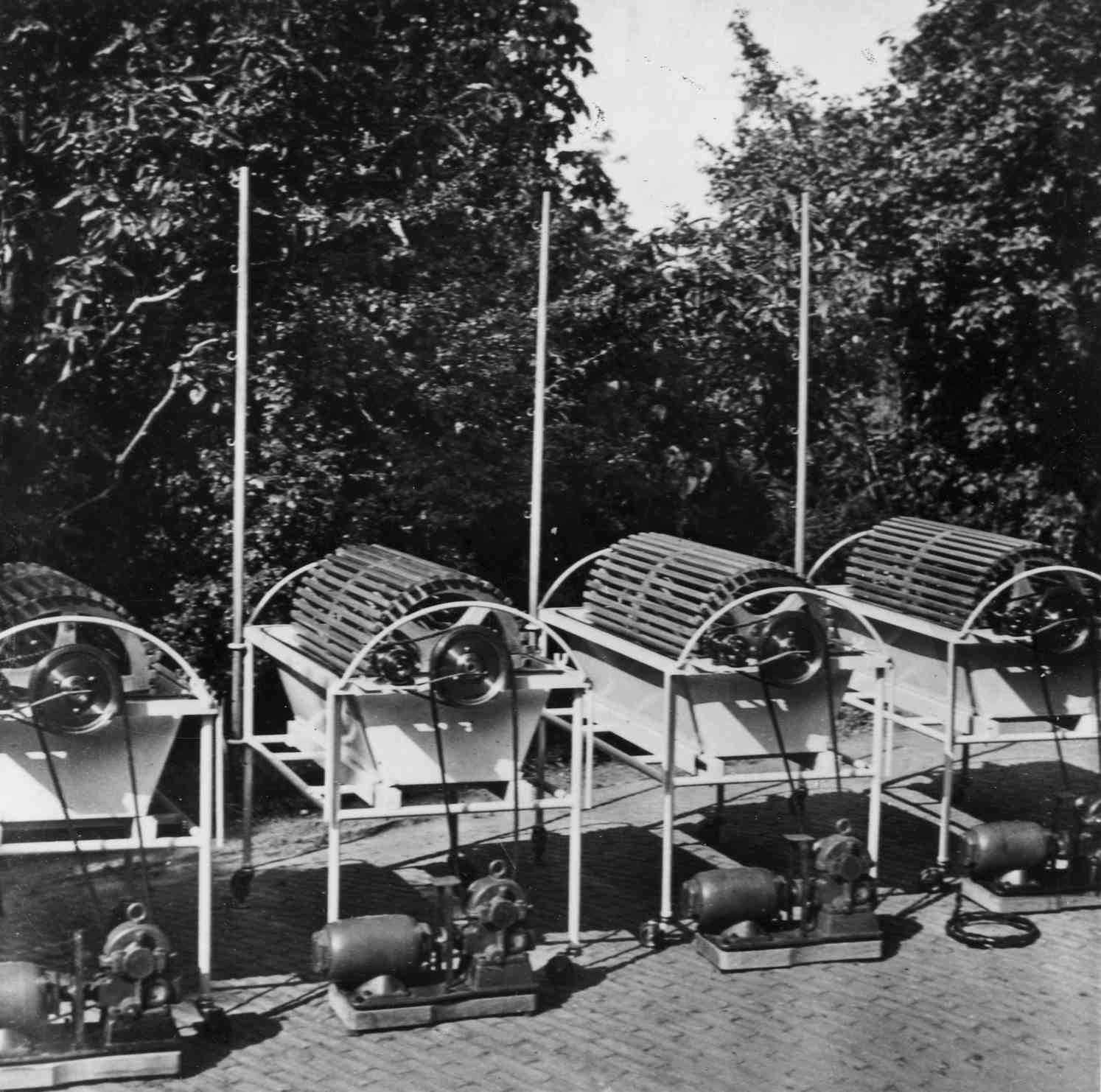 Four rotating drum kidneys made during the war and during German occupations in the Netherlands. Taken in garden of the hospital in Kampen. During the war they were hidden in different places to keep them from being destroyed.